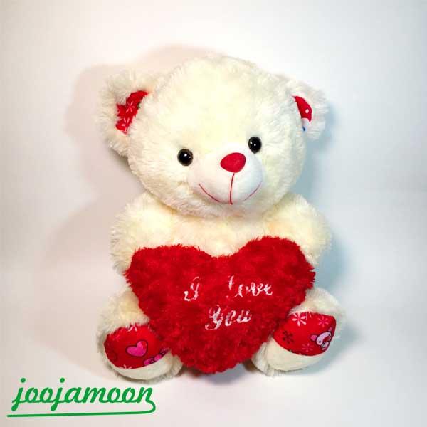 عروسک خرس قلب در دست